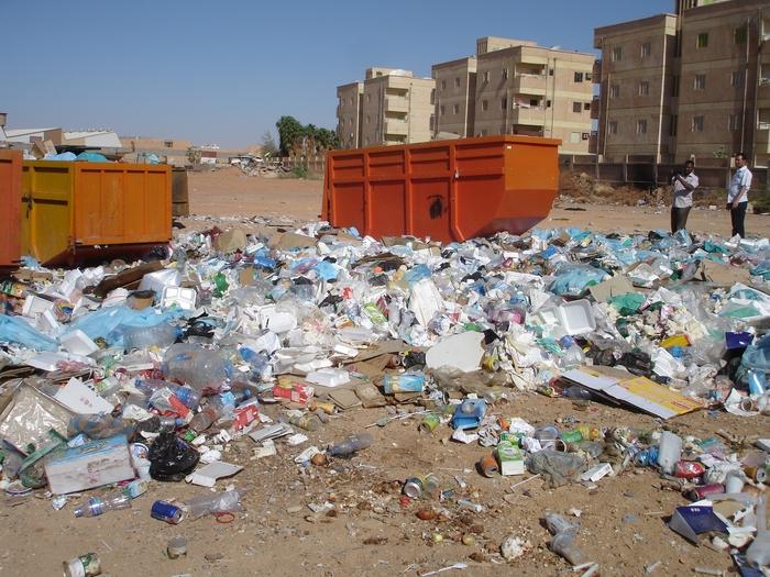 ساحة تجميع النفايات طبية في أحدى المستشفيات العربية