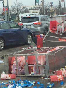 تسرب نفايات طبية على الطريق بعد حادثة مرور