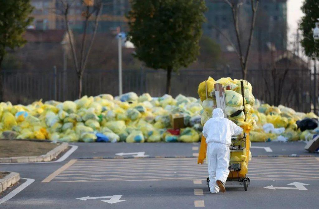 التخلص من الكمامات والأقنعة التنفسية ذات الاستعمال الواحد: التحدي الكبير الذي واجهته الصين خلال وباء الكورونا الجديد (كوفيد-19).